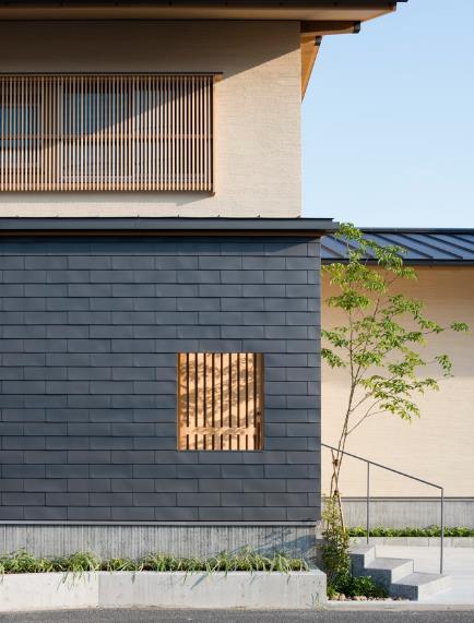 Phần chính ngôi nhà được nâng lên 2 tầng với xung quanh trông rất nhiều cây xanh tạo không gian tươi mát.
