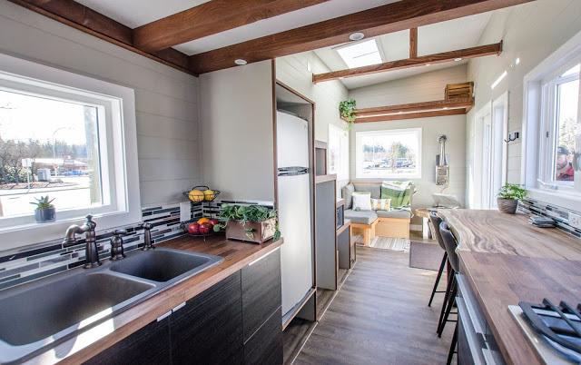 Một phòng khách thoáng mát, không gian bếp tiện nghi và hơn hết là có cả một gác xép dành riêng để nghỉ ngơi với không gian nhìn ra bên ngoài tuyệt đẹp. Toàn bộ không gian còn được nhấn nhá bằng những chậu cây cảnh nhỏ xinh mang màu xanh tươi mát cho ngôi nhà.