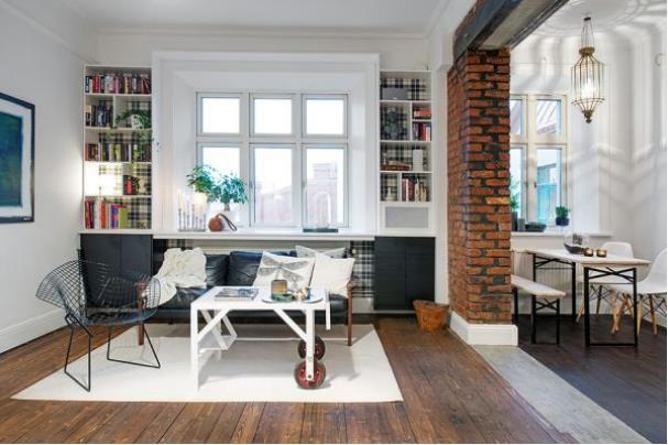 Nhà nhỏ nên khu vực tiếp khách được tiết chế với một chiếc ghế băng dài, một bàn nước nhỏ rất cơ động và một tấm thảm màu trắng.