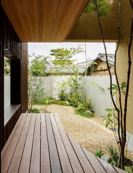 Xen kẽ những khu vườn nhỏ là con đường dải sỏi uốn quanh tuyệt đẹp.