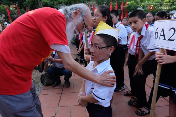 Thầy Văn Như Cương động viên một em học sinh trong ngày khai giảng.