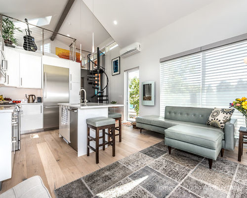 Nội thất trong nhà theo tông màu trung tính, kết hợp với tường trắng và chất liệu gỗ tạo nên một không gian sống mang vẻ đẹp khá tinh tế, nhẹ nhàng.