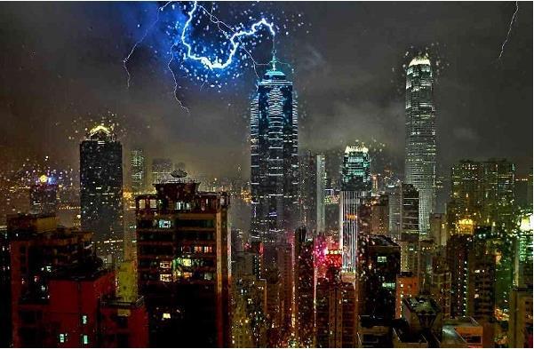 Tòa nhà Trung tâm này nổi bật với việc bố trí hàng trăm đèn neon được sắp xếp thành các thanh tăng dần về phía trên của tòa nhà, từ từ di chuyển qua các màu quang phổ vào ban đêm.