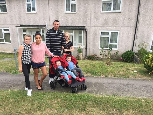 Gia đình Fiddes đi dạo xung quanh nhà của gia đình Leamon.