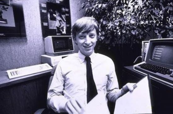 Từ khi là sinh viên, Bill Gates đã luôn vùi đầu trong phòng máy.