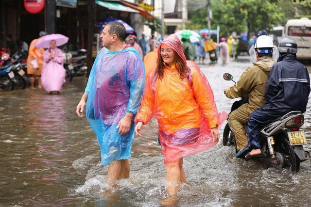 Có du khách phải vác va ly qua đoạn lụt