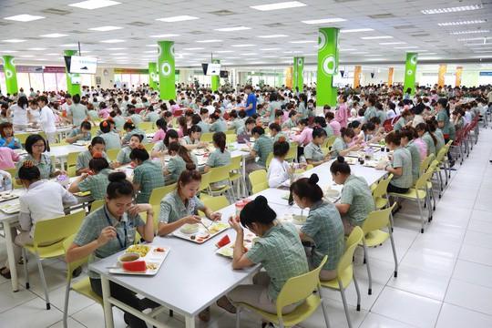 Công nhân Samsung điện tử Việt Nam trong giờ ăn giữa ca