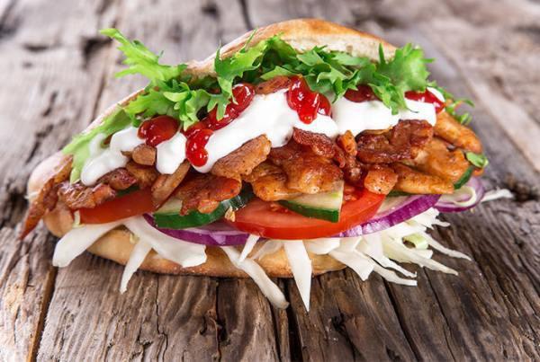 Doner kebab là món ăn nhanh rất phổ biến tại các nước châu Âu.