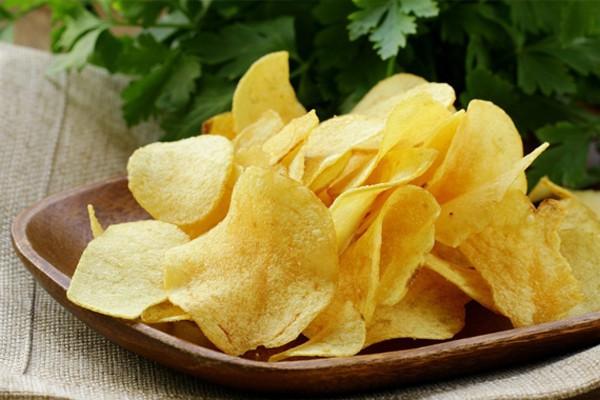 Nếu tiêu thụ nhiều muối trong các thực phẩm ăn liền trước khi uống rượu, bạn có thể bị đầy bụng.