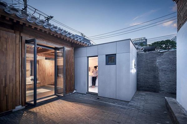 Ngôi nhà nhỏ được thiết kế dạng hình chữ với gian chính kết hợp phòng khách và phòng ngủ. Nhà bếp và 2 khu vệ sinh riêng biệt. Bên ngoài ngôi nhà còn có một khoảng sân rộng lý tưởng làm không gian vui chơi và thư giãn ngoài trời.