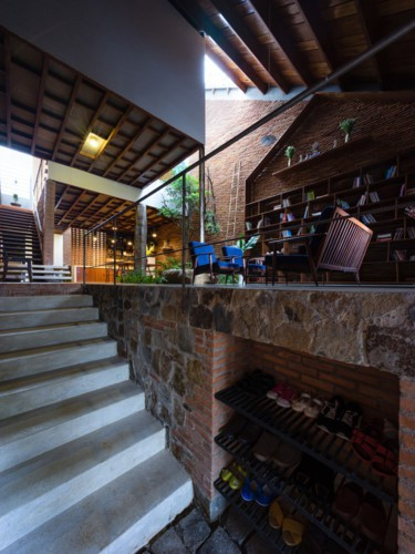 Vật liệu chính tạo nên ngôi nhà là gạch, đá và gỗ. Đây là những vật liệu quen thuộc và dễ tìm ở địa phương.