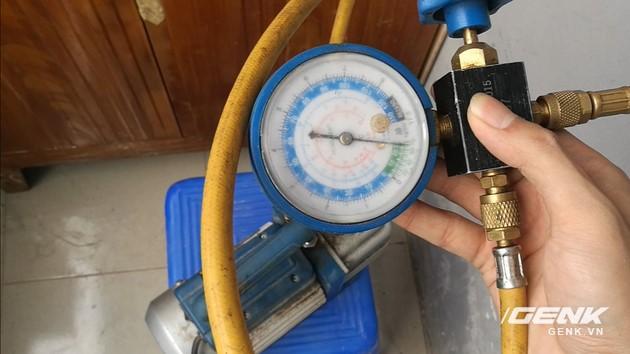 Sau đó cho máy hút chân không chạy để tiến hành rút hết không khí trong đường ống, độ chân không sau khi hút phải đảm bảo trong ngưỡng từ 6 đến 13 pa.
