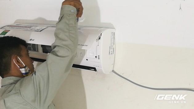 Cuối cùng các bạn đổ thử một chút nước vào phía trên dàn lạnh để kiểm tra hoạt động của đường nước thải đã chuẩn chưa.
