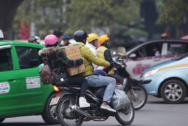 Người dân bên ngoài cổng bến xe Mỹ Đình. Ảnh: Đoàn BổngNhiều tuyến đường khác cũng ùn tắc do lượng người đổ về ngày càng đông.