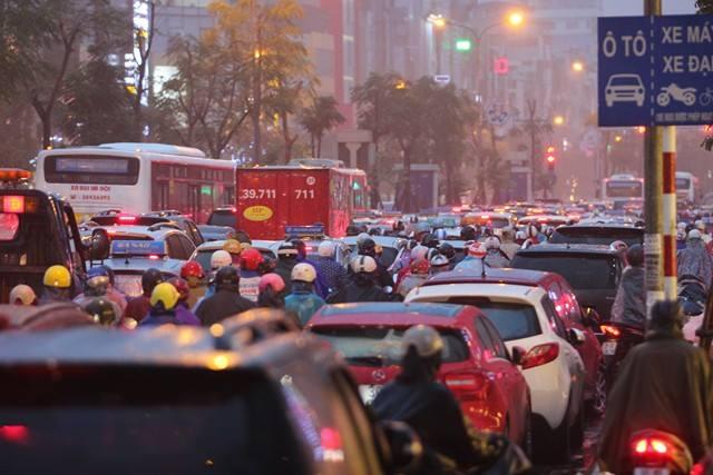 Hà Nội mưa tầm tã, đường tắc nghẹt khắp ngả - ảnh 6