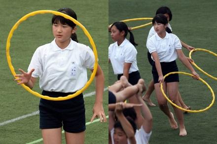 Công chúa tham gia hội thao ở trường cùng với các bạn khác.