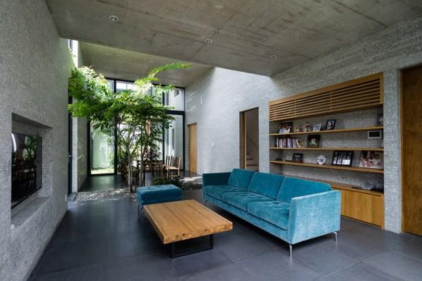 Tầng 1 thoáng sáng với phòng khách được bố trí đơn giản, gọn gàng nhờ tủ gỗ âm tường.