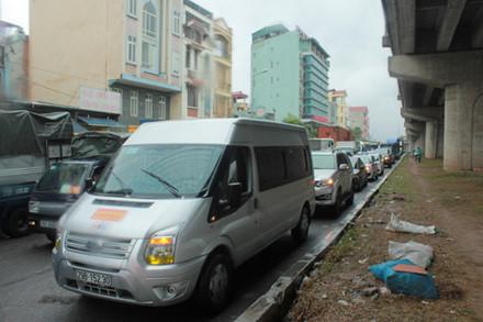 Hàng dài ô-tô nối đuôi nhau dưới chân cầu Thanh Trì.
