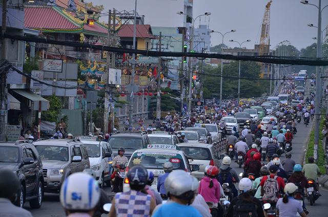 Cầu Nguyễn Tri Phương và cầu Chánh Hưng quá tải khi các phương tiện đổ về đây để tránh kẹt xe ở cầu Nhị Thiên Đường.