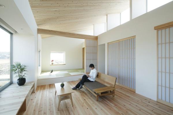 Trái ngược với vẻ bình dị bên ngoài, bên trong ngôi nhà là cả một không gian rộng rãi, chan hòa ánh sáng mặt trời.