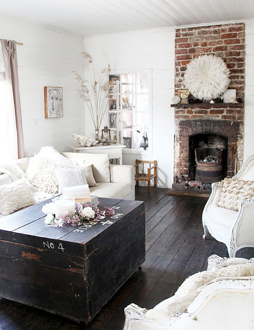Trong phòng khách, việc thiết kế một bức tường gạch trần với màu sắc mà bạn yêu thích là cách đơn giản để bổ sung thêm nét quyến rũ, khoáng đạt cho nơi đón khách.