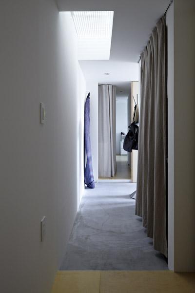 Khu hành lang tràn ngập ánh sáng nhờ có một giếng trời nhỏ từ bên trên.