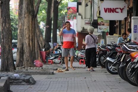 Người dân thoải mái đi bộ trên đường Nguyễn Trãi.