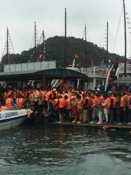 Hầu như khách Trung Quốc qua cửa khẩu Móng Cái đều thăm vịnh Hạ Long. Với khoảng 500.000 khách/năm, mức thu tối thiểu từ vé thăm vịnh Hạ Long (170.000 đồng/người/lượt) đạt khoảng 85 tỉ đồng.