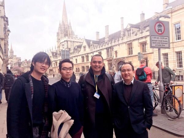 """Bốn """"thế hệ Việt Nam tại ĐH Oxford, từ trái qua: Trần Quang Anh (Cử nhân), Vũ Đỗ Khanh (Thạc sĩ), Chu Công Sơn (Tiến sĩ), Phạm Trọng Nghĩa (Sau Tiến sĩ)"""