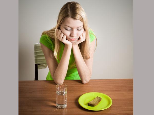 Khó nuốt hoặc ăn không ngon: Nếu bạn gặp vấn đề về việc nuốt thức ăn hoặc hệ tiêu hóa bị ảnh hưởng, bạn nên đi khám bác sĩ ngay vì có thể ở vòm họng hoặc vùng cổ của bạn đang bị ung thư.