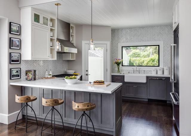 Trên tông màu trắng, những đồ nội thất với gam màu xám nhạt và đen như: kệ bếp, sàn nhà, tủ … tạo nên những điểm nhấn tương phản nổi bật cho ngôi nhà.