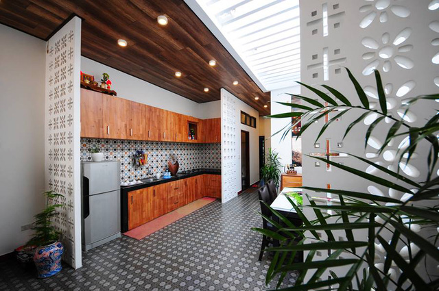 Mọi không gian trong nhà nơi đầu cũng tràn ngập ánh sáng tự nhiên. Cây xanh cũng được trồng khắp nơi mang lại không gian xanh mát cho ngôi nhà.