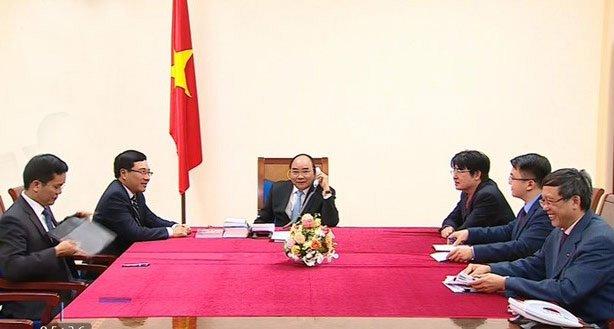 Thủ tướng Nguyễn Xuân Phúc điện đàm với Tổng thống Mỹ Donald Trump. Ảnh: VTV
