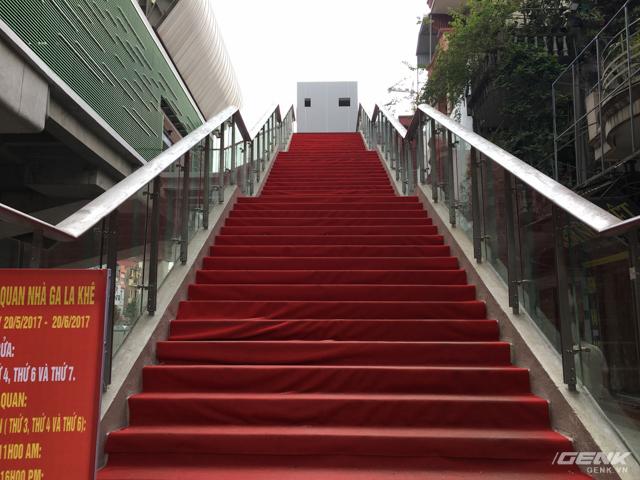 Một trong hai lối đi bộ lên nhà ga La Khê, được trải thảm nhựa chống trơn trượt trong điều kiện thời tiết xấu.