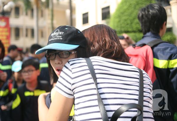 Nhiều bé gái cũng được cha mẹ cho tham gia khóa huấn luyện Trại hè lính cứu hỏa. Khoảnh khắc 2 mẹ con chia tay trước khi con lên đường đi lính.