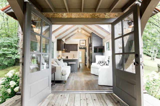 Không gian bên trong ngôi nhà thoáng sáng với nội thất hiện đại, phong cách.