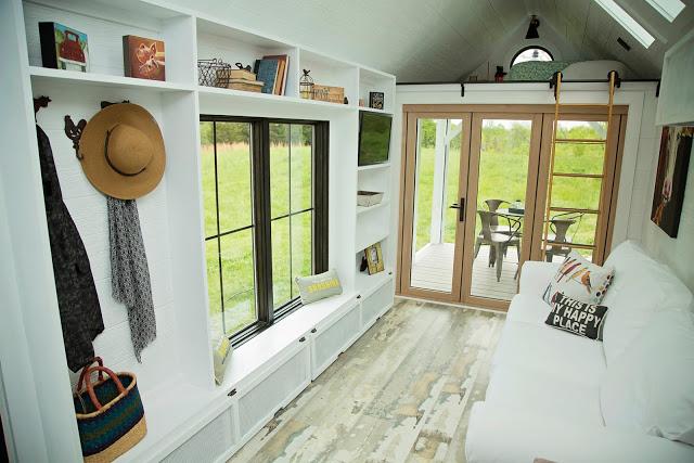 Không chỉ đẹp bên ngoài, bên trong nhà khá thoáng rộng với hầu hết nội thất mang tông màu trắng.