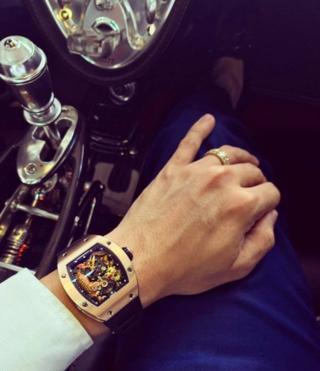 Đại gia Minh Nhựa khéo léo khoe chiếc đồng hồ xa xỉ bên cạnh khoang lái xe siêu sang của mình.