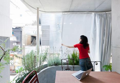 Không xây tường giống như những ngôi nhà thông thường, toàn bộ mặt tiền của ngôi nhà này được lắp hệ thống cửa kính trong suốt giúp mở rộng tầm nhìn và đón nắng, gió cho ngôi nhà.