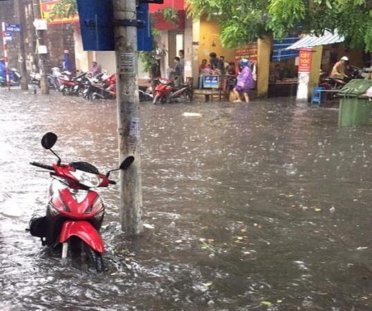 Nước ngập sau tại một số tuyến phố cổ Hà Nội. (Ảnh: Như Ý)
