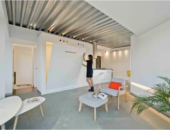 Việc sử dụng nội thất thông minh cũng được cô gái trẻ tận dụng tối đa. Một chiếc giường ngủ được gấp gọn gàng như một bức tường trắng.