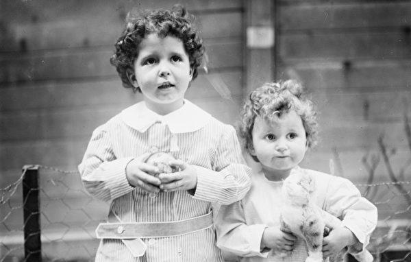 Cô nhi Titanic là bức ảnh chụp lại chân dung của Edmon cùng Michel, hai con của doanh nhân Pháp quốc may mắn sống sót sau tai nạn. (Nguồn: Internet).