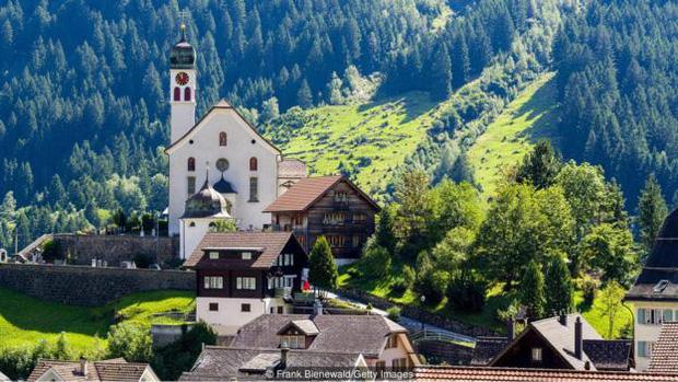 Người dân Thụy Sỹ cũng rất chăm rèn luyện thể thao với các trò vận động leo núi.