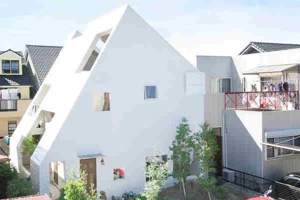 Phần mái được thiết kế với rất nhiều ô thoáng lớn nhỏ mang nắng, gió và thiên nhiên tràn ngập khắp không gian.