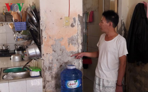 Nhà vệ sinh, nhà bếp căn hộ ông Huỳnh Văn Bồng bị thấm, bong tróc, điện âm tường bị hỏng.