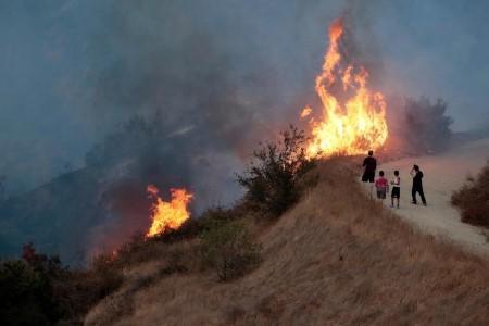 Gió to khiến ngọn lửa bùng phát. Ảnh: Reuters