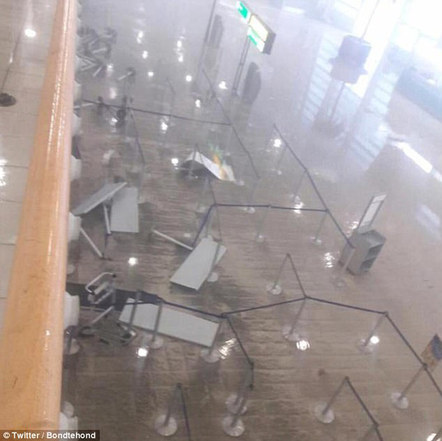 Bên trong sân bay là khung cảnh nước ngập mênh mông.