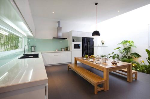 Không gian sinh hoạt chung của cả gia đình được thiết kế tuyệt đẹp đan xen giữa khu vực chức năng là những mảnh vườn xanh mát mang con người đến gần hơn với thiên nhiên.