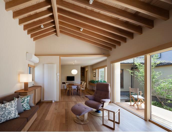 Trái ngược với vẻ ngoài ngôi nhà, không gian bên trong tuyệt đẹp với với khoảng sân rộng rải sỏi và trồng nhiều cây xanh, một hiên nhà lý tưởng và các không gian chức năng vô cùng thoáng mát.