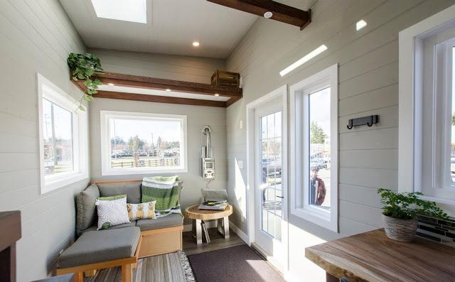 Bước vào bên trong, không gian đầu tiên chào đón khách vào nhà là góc tiếp khách. Góc nhỏ này được bố trí ở một nơi sáng nhất trong nhà với 3 mặt là những cửa kính lớn nhìn ra bên ngoài.